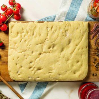 Scopri la base per focaccia e base pizza rettangolare precotta di Quelli della Pizza. Fragranza e morbidezza ad ogni morso.